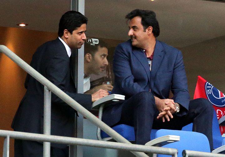 Le président du PSG, Nasser Al-Khelaïfi, et l'émir du Qatar, Tamim ben Hamad Al Thani, lors de la finale de Coupe de France entre le PSG et Auxerre, le 30 mai 2015 au Stade de France. (FRANCK FIFE / AFP)