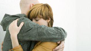 Un homme et une femme se font un câlin. (SIGRID OLSSON / MAXPPP)