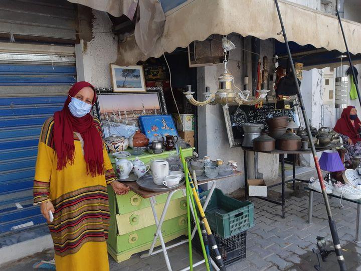 Cherifa, une habitante de Tunis, devant son étal le 31 juillet 2021 (BENJAMIN THUAU / MARIE-PIERRE VEROT / RADIO FRANCE)