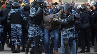 Un manifestant est arrêté par la police russe, à Moscou (Russie) le 26 mars 2017 lors d'un mouvementorganisé par l'opposition. (SEFA KARACAN / ANADOLU AGENCY / AFP)