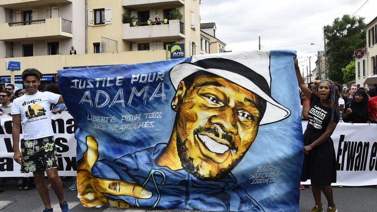 """Une marche pour réclamer """"justice pour Adama"""" Traoré, mort lors de son interpellation par les gendarmes dans le Val-d'Oise en 2016. (BERTRAND GUAY / AFP)"""