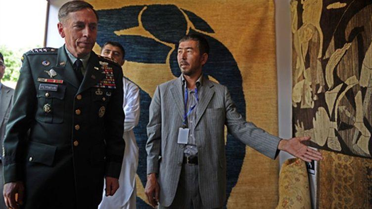 le général américain Petraeus, commandant de l'Isaf en visite dans un bazar à Kaboul, le 20 juillet 2010 (AFP/Shah Marai)