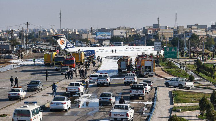 Un avion iranien a atterri sur une autoroute dans le sud-ouest du pays, àBandar-e Mahshahr,après avoir fait une sortie de piste, le 27 janvier 2020. (MOSTAFA GHOLAMNEZAD / ISNA / AFP)