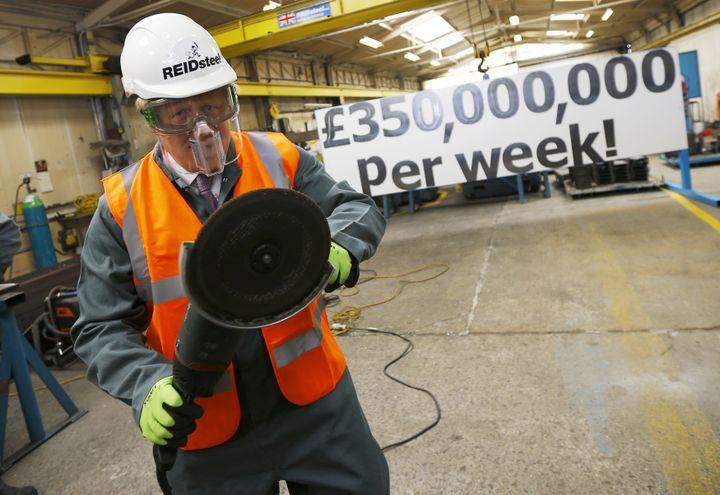 """L'un des responsables de la campagne """"Vote Leave"""", Boris Johnson, pose lors d'une visite dans une entreprise de construction, le 12 mai 2016, à Christchurch (Royaume-Uni). (DARREN STAPLES / REUTERS)"""