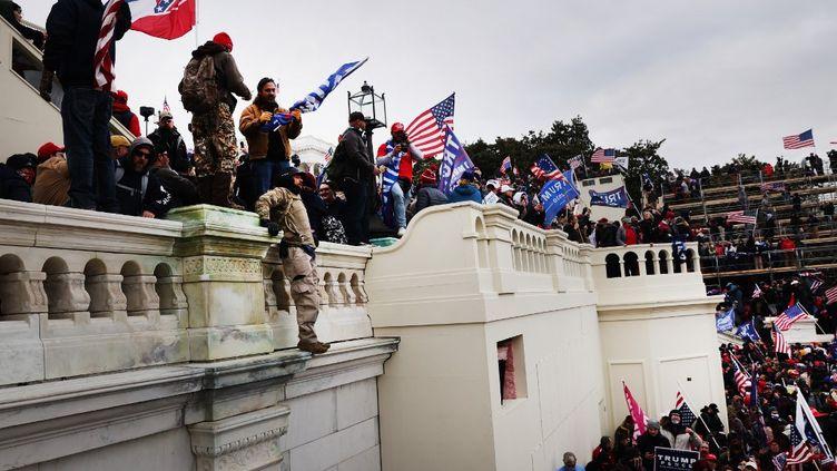 Des partisans de Donald Trump prennent d'assaut le bâtiment du Capitole des Etats-Unis, le 6 janvier 2021 à Washington DC. (SPENCER PLATT / GETTY IMAGES NORTH AMERICA)