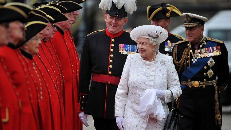 La reine Elizabeth II s'apprête à embarquer sur les quais de la Tamise à Londres (Royaume-Uni), le 3 juin 2012. (BETHANY CLARKE / POOL)