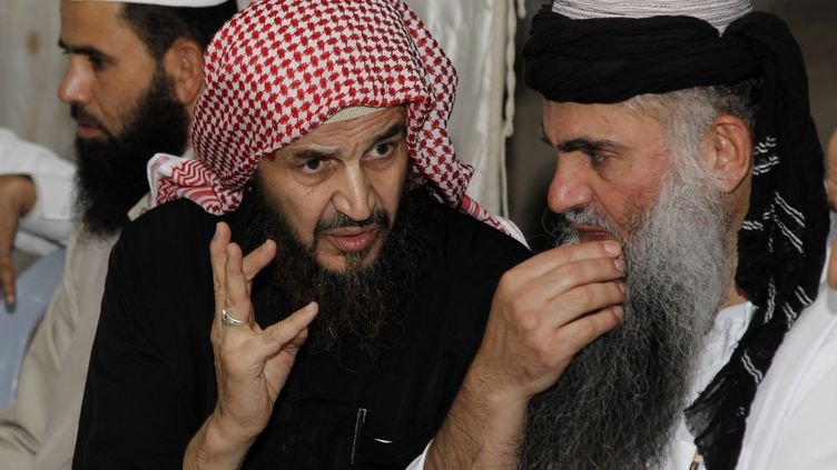 Le cheikh Abou Mohammed Al-Maqdessi (à droite) discute avec Abou Qatada (à gauche), le 24 septembre 2014 à Amman (Jordanie). (MAJED JABER / REUTERS)