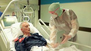 Covid-19 : émotions lors de retrouvailles à distance pour les patients transférés (France 2)
