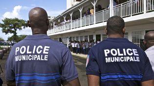 Des policiers municipaux à Schœlcher en Martinique, le 22 septembre 2010. (PATRICE COPPEE / AFP)