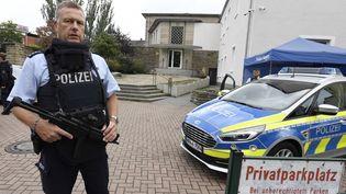 Un policier monte la garde près de la synagogue de Hagen (Allemagne), le 16 septembre 2021. (ROBERTO PFEIL / DPA / AFP)