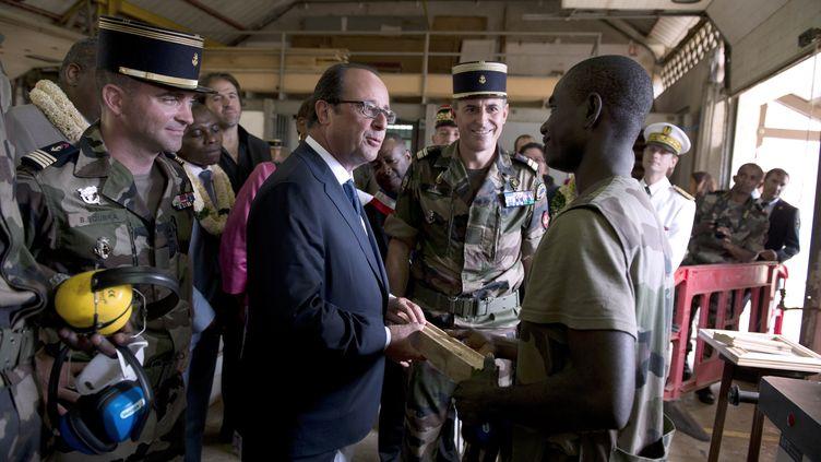 François Hollande avec des jeunes volontaires engagés dans un servce militaire adapté, le 2 août 2014, àTsingoni (Mayotte). (ALAIN JOCARD / AFP)