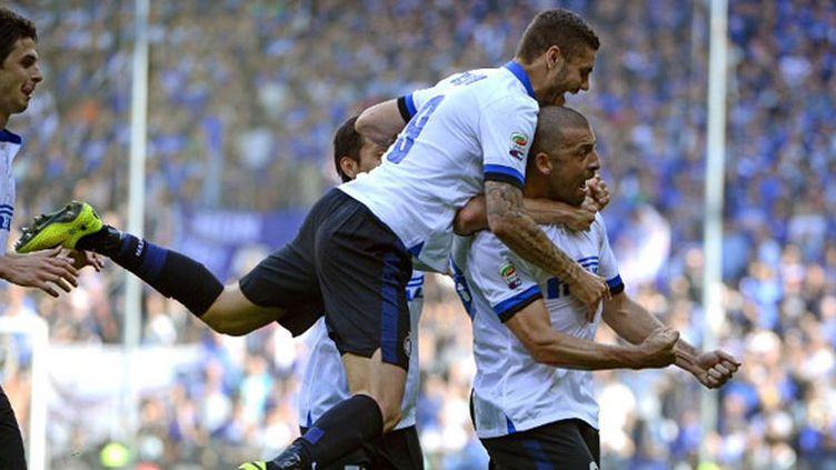 Le défenseur de l'Inter Walter Samuel félicité par ses coéquipiers