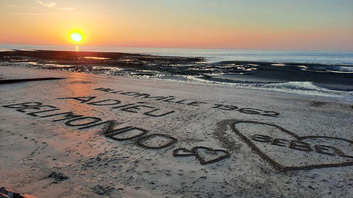 Hommage à Belmondo sur la plage de Villerville (Calvados) (THIBAULT LEFÉVRE / FRANCE-INTER)