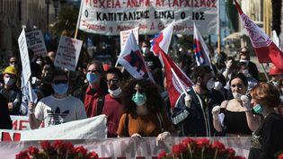 A Thessalonique, deuxième ville de Grèce,ce défilé demembres du syndicat PAME le 1er mai 2020 a ressembléaux manifestations habituelles, à l'exception des masques qui couvraient les visages. Mais, plus tôt, ces manifestants s'étaient rassemblées sur une place en respectant une distance de sécurité. (SAKIS MITROLIDIS / AFP)