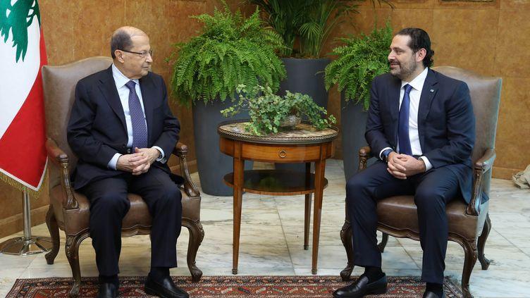 Le Premier ministre libanais Saad Hariri (à droite) s'entretient avec le président du Liban (à gauche), le 27 novembre 2017 à Baabda (Liban). (REUTERS)