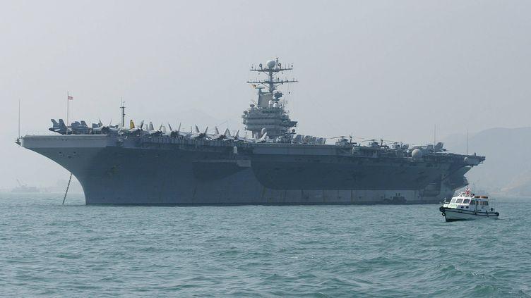 """Le porte-avions américain """"USS Abraham Lincoln"""", près de Hong Kong, en 2004. (SAMANTHA SIN / AFP)"""