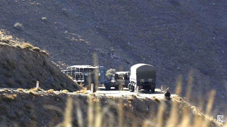 (Des véhicules militaires algériens dans le secteur où Hervé Gourdel a été enlevé. © REUTERS/Louafi Larbi)
