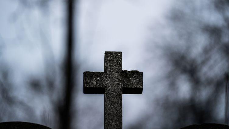 Une croix dans un cimetière à Paris, le 2 janvier 2021. (XOS? BOUZAS / HANS LUCAS / AFP)