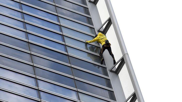 """Le """"Spider-man français"""" Alain Robert escalade une tour de la Défense, le 25 mars 2019. (BERTRAND GUAY / AFP)"""