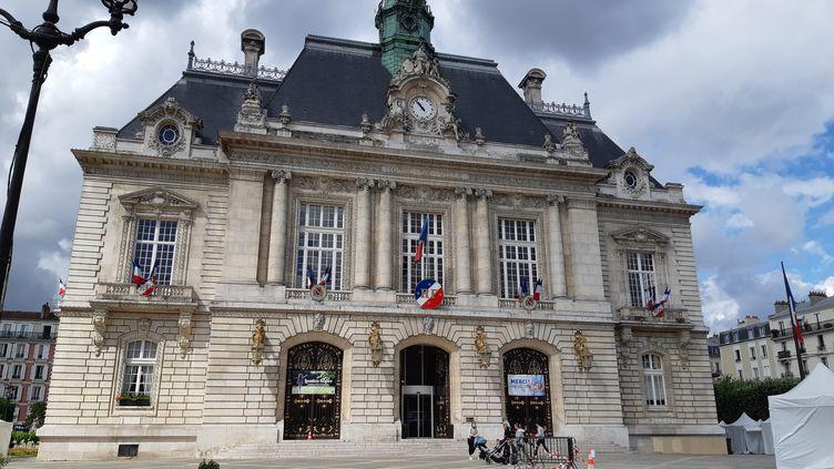 La mairie de Levallois-Perret, le 19 juin 2020. (SARAH TUCHSCHERER / RADIO FRANCE)