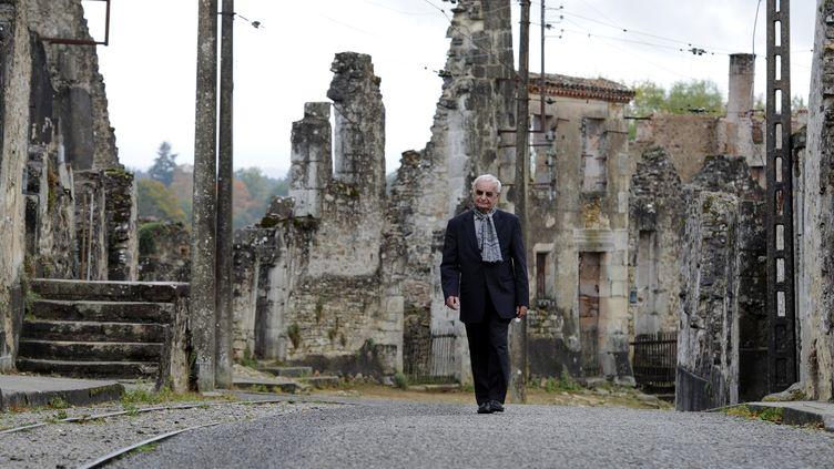 Robert Hebras, 88 ans, photographié le 20 octobre 2011,a survécu sous les corps de camarades fauchés par les nazis à Oradour-sur-Glane en juin 1944. (JEAN-PIERRE MULLER / AFP)