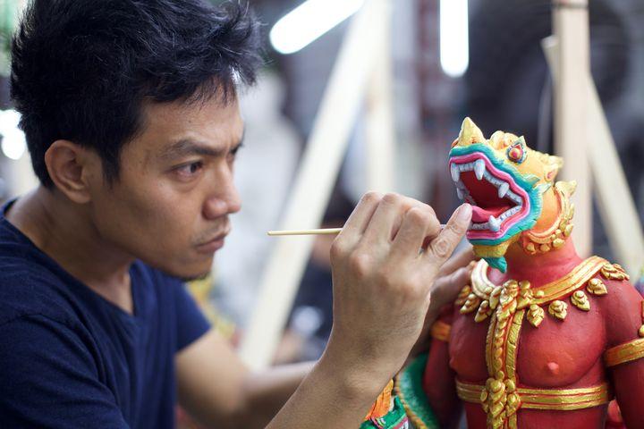 Des créatures mythiques sont peintes à la main. (LIONEL DE CONINCK / FRANCE TELEVISIONS)