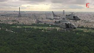 Deux hélicoptères volent en binôme au-dessus de Paris. ( FRANCE 2)