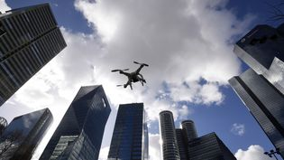 Un drone survole le quartier d'affaires de La Défense, à Paris. (DOMINIQUE FAGET / AFP)