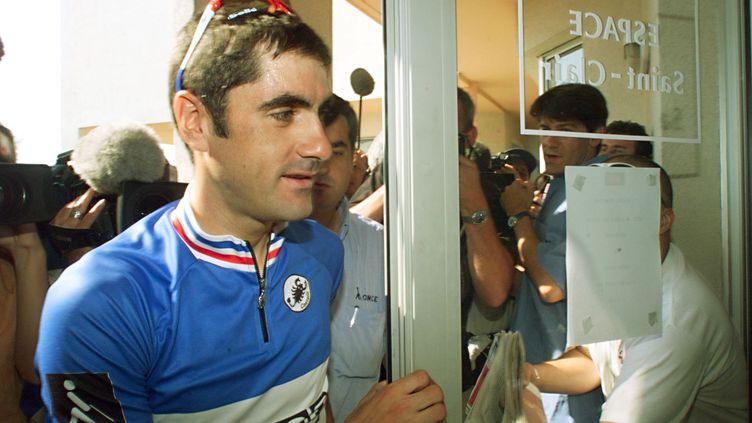 Laurent Jalabert arrive en conférence de presse, lors duTour de France, le 24 juillet 1998 à Balaruc-les-Bains (Hérault). (JOEL SAGET / AFP)