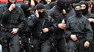 Des hommes du Raid quittent le quartier de la Côté pavée, à Toulouse (Haute-Garonne),où était situé l'appartement de Mohamed Merah, le 22 mars 2012. (PASCAL PAVANI / AFP)