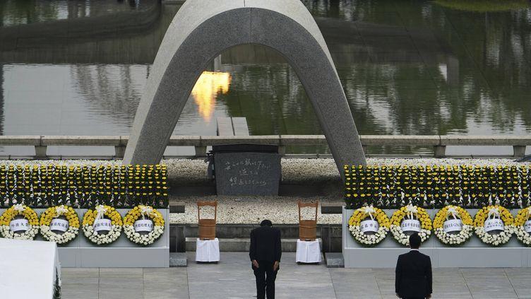Le Premier ministre japonais, Shinzo Abe, s'agenouille devant le mémorial d'Hiroshima (Japon), le 6 août 2020. (EUGENE HOSHIKO / AP / SIPA)