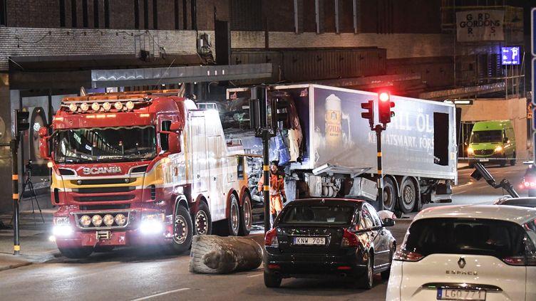 Le camion utilisé lors d'un attentat est inspecté par la police scientifique à Stockholm (Suède), le 8 avril 2017. (MAJA SUSLIN / TT NEWS AGENCY / AFP)