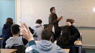 Un professeur devant ses élèves. Photo d'illustration. (VANESSA MEYER / MAXPPP)