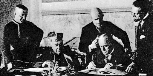Signature des accords du Latran avec à gauche le cardinal Gasparri et à droite B.Mussolini (11 février 1929) (AFP)