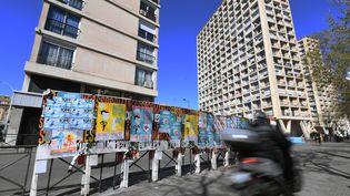 Des panneaux d'affichage avec des affiches électorales recouvertes, le 4 avril 2019 à Marseille. (BORIS HORVAT / AFP)