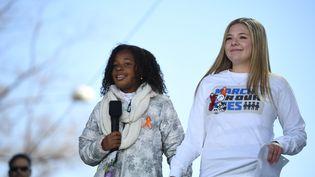 """Yolanda Renee King (à gauche), petite-fille de Martin Luther King, samedi 24 mars 2018 lors du rassemblement prônant un plus strict contrôle des armes à feu. Âgée de 9 ans, elle a lancé à la tribune : """"Je fais un rêve dans lequel trop c'est trop. Et il ne devrait pas y avoir d'armes dans ce monde"""".  (JIM WATSON / AFP)"""