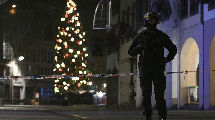 Un policier dans la rue des Grandes Arcades de Strasbourg, mardi 11 décembre. (SEBASTIEN BOZON / AFP)