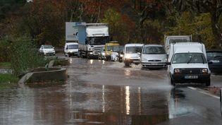 Une route bloquée en raison du débordement du Blavet, dans le Var, à Roquebrune-sur-Argens, le 25 novembre 2014. (  MAXPPP)