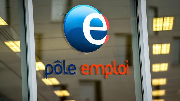 Le logo d'une agence Pôle emploi, le 28 décembre 2017, à Lille (Nord). (PHILIPPE HUGUEN / AFP)