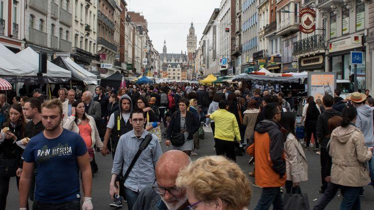 Des visiteurs de la braderie de Lille (Nord), le 5 septembre 2015. (DENIS CHARLET / AFP)