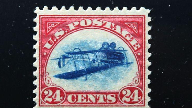 """Le timbre """"Inverted Jerry"""". Avec son avion à l'envers qui en fait l'un des timbres les plus chers du monde. (SPENCER PLATT / GETTY IMAGES NORTH AMERICA)"""