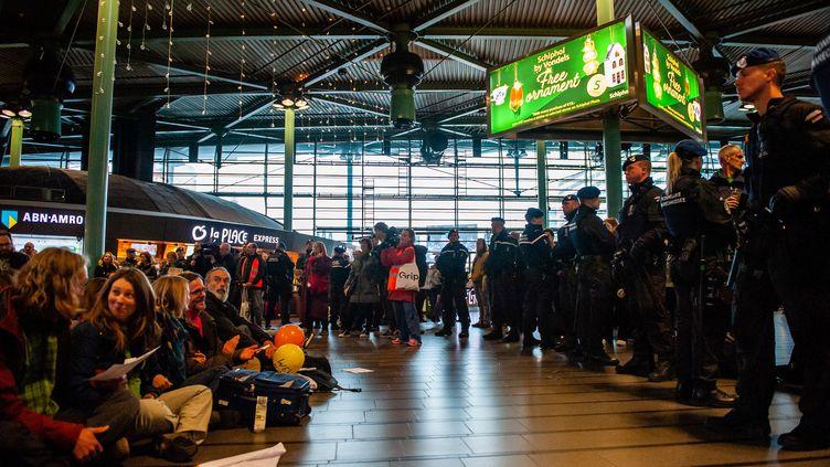 Des militants écologistes participent à une action dans l'aéroport de Schipol, à Amsterdam (Pays-Bas), le 14 décembre 2019. (ROMY ARROYO FERNANDEZ / NURPHOTO / AFP)