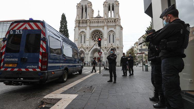 Des gendarmes surveillent la Basilique Notre-Dame de Nice, samedi 31 octobre 2020. (VALERY HACHE / AFP)