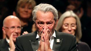 Réaction d'Alain Delon apprenant qu'on lui décerne la Palme d'or d'honneur au 72e festival de Cannes, le 19 mai 2019 (VALERY HACHE / AFP)