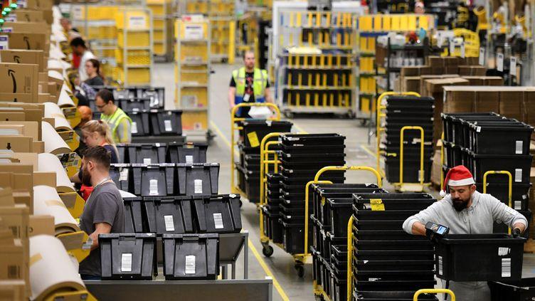Des employés d'Amazon dans un entrepôt de Peterborough(Royaume-Uni),le 27 novembre 2019. (DANIEL LEAL-OLIVAS / AFP)