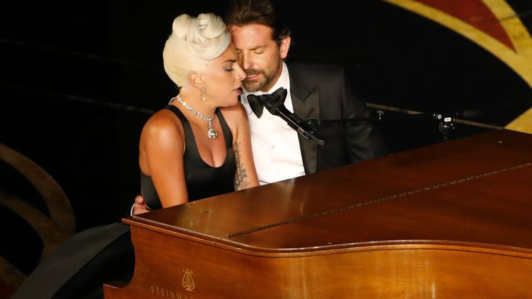 """Lady Gaga et Bradley Cooper interprètent la chanson """"Shallow"""", nommée à l'Oscar de la meilleure chanson originale, lors de la 91e cérémonie des Academy Awards, le 24 février 2019 à Hollywood. (MIKE BLAKE / REUTERS)"""