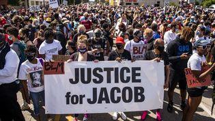 Des manifestants réclament un procès pour l'auteur des coups de feu visant Jacob Blake, le 29 août 2020, à Kenosha (Wisconsin, Etats-Unis). (STEPHEN MATUREN / AFP)