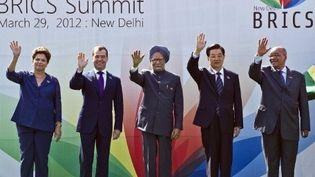"""Les chefs d'Etat du Brésil et de Russie, Dilma Rousseff et Dmitri Medvedev, le Premier ministre indien Manmohan Singh, et les présidents chinois Hu Jintao et sud-africain Jacob Zuma, au 4e sommet des """"Brics"""", le 29 mars 2012 à New Delhi. (AFP PHOTO / Prakash SINGH     )"""