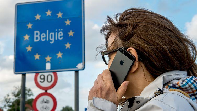 Une femme téléphone à la frontière franco-belge le 6 juin 2017. Image d'illustration. (PHILIPPE HUGUEN / AFP)