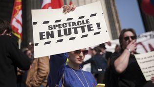 Un manifestant tient une pancarte, le 13 mars 2014, lors d'un rassemblement d'intermittents du spectacle, à Paris. (CITIZENSIDE/VALENTINA CAMOZZA / AFP)